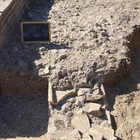 Particolare delle strutture precedenti il piano d'uso intorno alla vasca